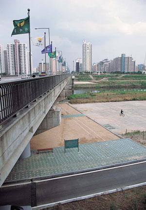 군부독재의 반민중적 도시개발을 온몸으로 규탄하다/84년 목동 철거민 투쟁 사진